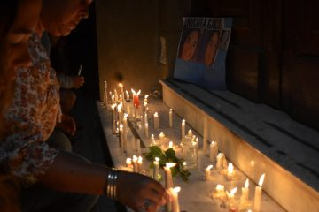 Telam 8/04/2017 Gualeguay, Entre Rìos: Los vecinos salieron a la calle tras la aparición del cuerpo de Micaela Garcia de 21 años. Hubo aplausos y mucho llanto. Reclamaron la destitución del juez que dejó en libertad al sospechoso.  Foto: Dante Saravia/jcr